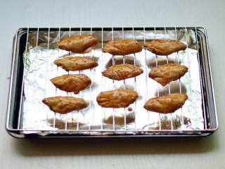 黑椒烤中翅,取出放到烤网上,烤箱200度,烤20分钟
