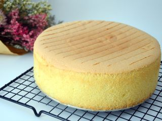 戚风蛋糕(后蛋法),我放在烤架上倒扣的,不喜欢表面有痕迹的,可以用碗架起模具倒扣,这样出来表面特别平正