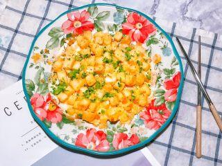 剩馒头的春天 黄金馒头报蛋,关火之后撒一点点盐和黑胡椒,装盘食用即可。