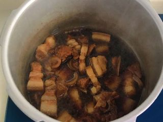 年味-千张结烧五花肉,这时候肉已经煮熟,香气扑鼻了