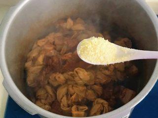 年味-千张结烧五花肉,煮至入味加入鸡精提鲜