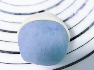 可爱蓝精灵挤挤红薯包 零色素,包裹起来之后,用刀割去多余的部分 同样的方法完成其它面团 取一个或两个用红色面团做帽子 方法和白色是一样的