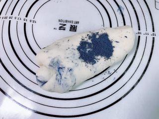 可爱蓝精灵挤挤红薯包 零色素,取最大的一个面团加入一勺蝶豆花粉