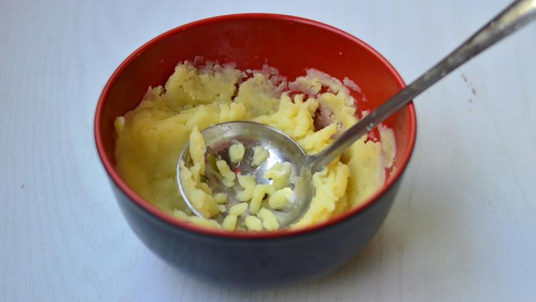 土豆泥沙拉,乘热压成细腻的泥状