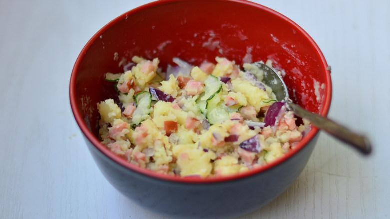土豆泥沙拉,用勺子翻拌均匀即可