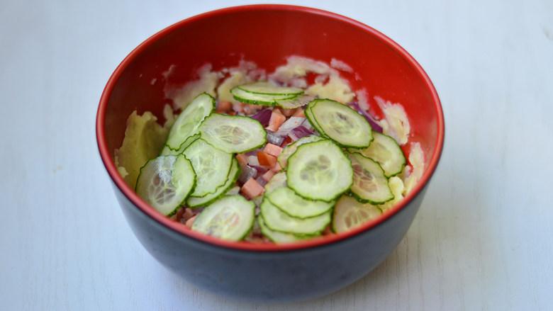 土豆泥沙拉,加入黄瓜片