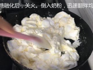 网红雪花酥,等棉花糖融化的差不多后,关火,倒入奶粉,迅速翻拌均匀。