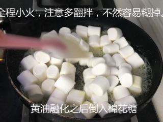 网红雪花酥,黄油融化后,加入棉花糖。注意多翻拌,全程要小火,要不然会糊。