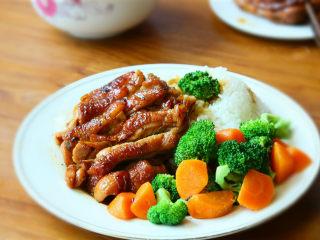 照烧鸡腿饭,最后,鸡腿切块搭配米饭和配菜即可上桌。
