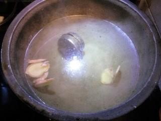 猪皮冻,锅里注水,放入调味料,放入切好的猪皮,大火煮开