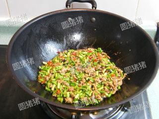 豆豉炒肉丁——不知不觉两碗饭,加入炒好的蒜苔,炒至10成熟(蒜苔表面微皱即可)