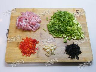 豆豉炒肉丁——不知不觉两碗饭,猪肉剁成小颗粒,蒜苔切小段,红椒,豆豉,大蒜切碎。