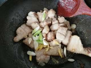 草菇烧肉,再放入生姜,蒜段,蒜瓣煸炒出香味