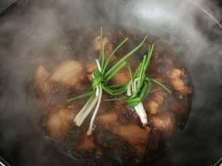 草菇烧肉,把小葱打结扔入锅中,大火烧10分钟