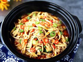 肉末烧豆腐皮,麻辣鲜香,色鲜味美,超级下饭。