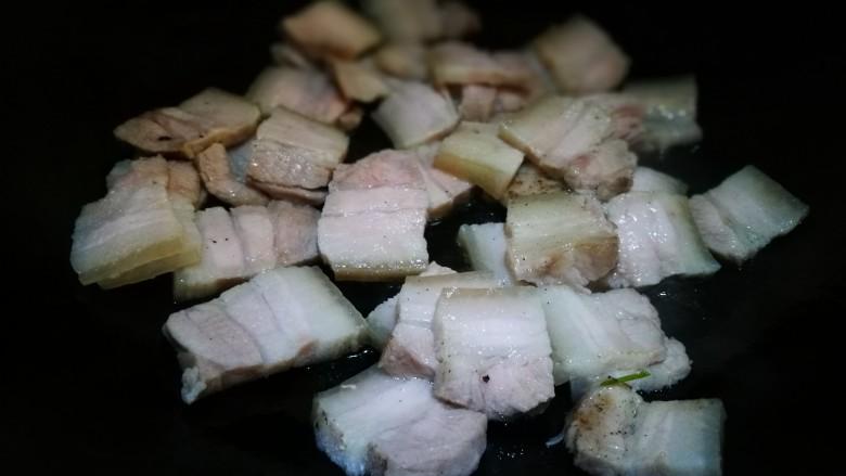 无法拒绝的下饭菜~回锅肉,锅中倒少许油 倒入肉片煸炒出油