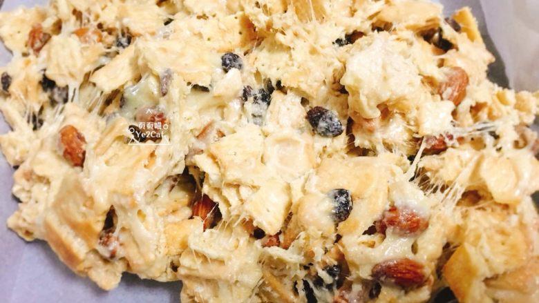 椰子雪花酥 香甜可口,将雪花酥料倒入铺好油纸的烤盘里,