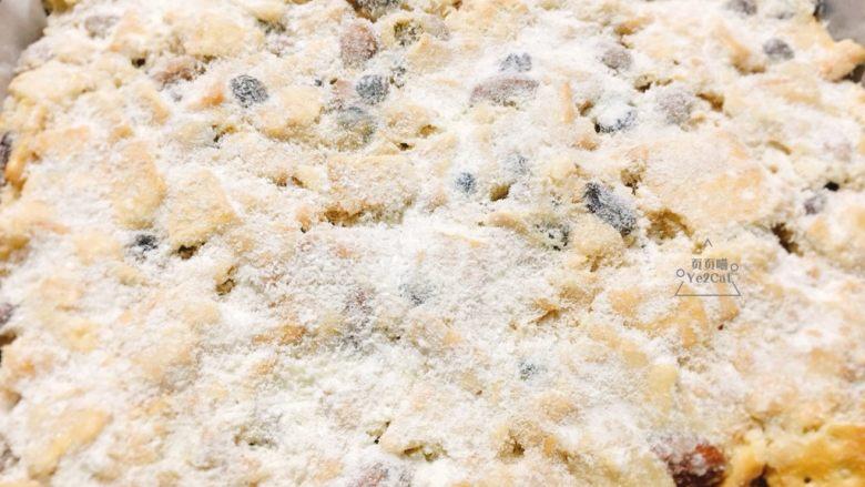 椰子雪花酥 香甜可口,戴上一次性手套,将雪花酥压平,均匀的撒上装饰粉。