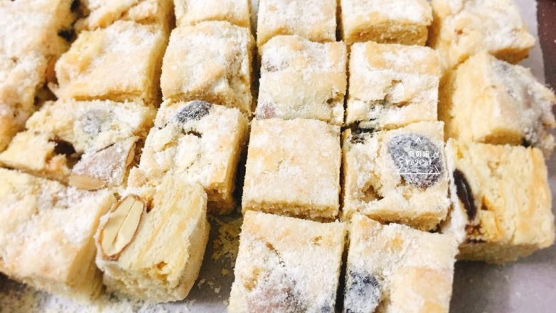 椰子雪花酥 香甜可口,再切成2cm宽的方块。