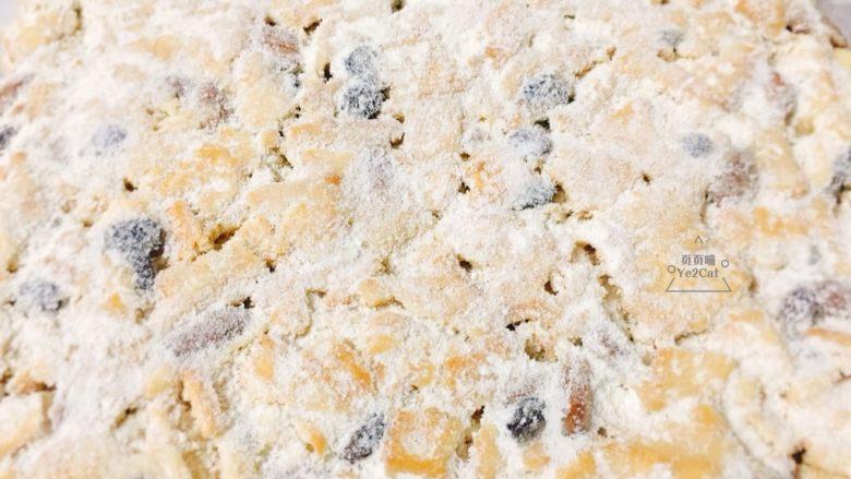 椰子雪花酥 香甜可口,翻面再均匀的撒上。