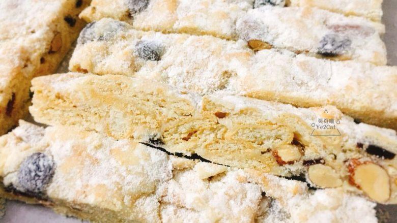 椰子雪花酥 香甜可口,待雪花酥凉至不烫手,即可开切了。 切成2cm宽的大条。