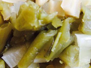 自制香辣干煸肥肠,泡青菜和泡姜切成小块