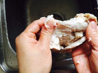 自制香辣干煸肥肠,用剪刀把肥肠剪开,撕出肠内肥油