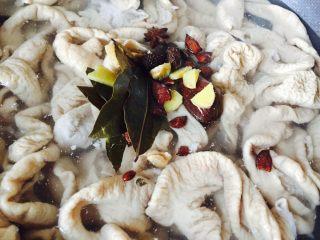 自制香辣干煸肥肠,肥肠放入锅中,加入没过肥肠的清水,加入香料、生姜、花椒进行熬煮