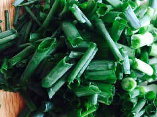 自制香辣干煸肥肠,葱切成葱花备用