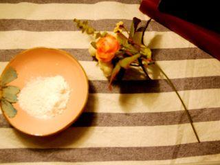 经光波烘焙的三种口味迷你蛋挞,加入适量玉米淀粉并均匀搅拌。