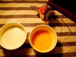 经光波烘焙的三种口味迷你蛋挞,取150 mL新鲜的纯牛奶倒入碗内。将鸡蛋均匀搅拌成鸡蛋液。