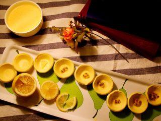 经光波烘焙的三种口味迷你蛋挞,再取柠檬🍋果肉放入迷你蛋挞底内。