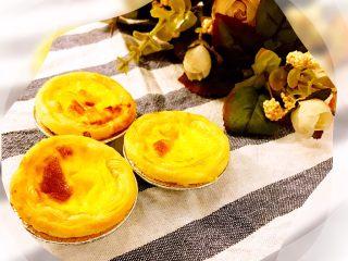 经光波烘焙的三种口味迷你蛋挞,烘焙后新鲜出炉的蛋挞共有三种口味,分别是含有百香果的酸甜味、含有柠檬的微酸味,以及原味。