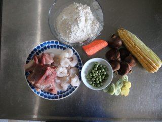 四喜蒸饺,准备食材: 馅料:猪肉370g、虾仁100g、芹菜50g、香菇50g、胡萝卜50g、玉米50、豌豆粒30g、耗油10g、生抽5g、料酒5g、盐1.5g、糖1g、五香粉1g、水40g、香油3g、鸡蛋1个; 皮子:面粉200g、水100g;