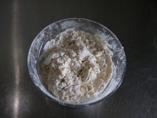 四喜蒸饺,将水、慢慢倒入面粉中,先用筷子搅拌均匀;
