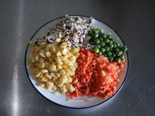 四喜蒸饺,将配菜洗净切碎备用;