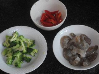 彩蔬炒虾球,鲜虾仁清洗干净后剥出完整的虾肉,并用牙签挑去虾线