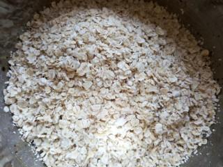 低脂红糖燕麦饼,将燕麦片全部倒入蛋液中