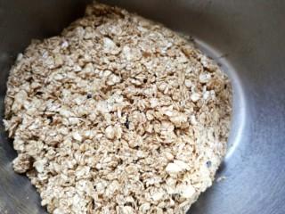 低脂红糖燕麦饼,拌好的燕麦团很容易成团