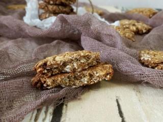 低脂红糖燕麦饼,掰开一个看看组织,很密实 口感硬脆嘎嘣嘎嘣!越嚼越好吃