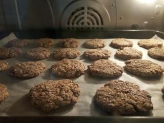 低脂红糖燕麦饼,烤箱160度中下层烘烤20分钟左右 如果上色特别严重需要盖锡纸