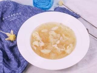 银耳百合荸荠,汤和银耳百合荸荠一起喝了。这3种食材都是白色,都入肺,补肺气。