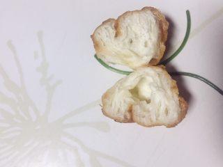 #创意油条新吃法#腊肉脆油条_1520524277417,取西餐盘把俩节油条摆成蝴蝶状,触须是用的香菜径