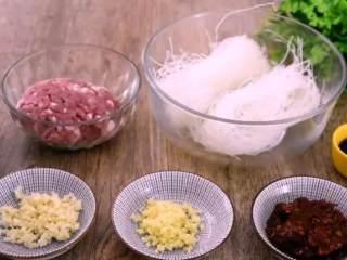 3分钟学会鲜虾酿香菇的做法,营养价值极高,家人更喜欢!,·食材·  肉末 200g、粉丝 300g、生抽 220ml、豆瓣酱 15g  葱 5g、姜 8g、蒜 8g、盐 1g