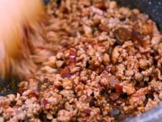 3分钟学会鲜虾酿香菇的做法,营养价值极高,家人更喜欢!,撒入盐、生抽、豆瓣酱,炒匀