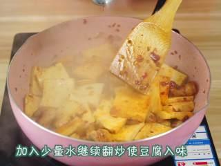 """干锅千页豆腐, 告别一个人吃火锅的寂寞,一道可以拯救单身狗家常菜*婷姐新煮意,加入少许的水,煮至收干水分(婷姐家乡有""""千煮豆腐万煮鱼""""的说法,豆腐稍微水煮一下会更入味更好吃哟~),"""