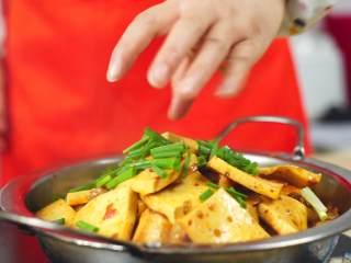 干锅千页豆腐, 告别一个人吃火锅的寂寞,一道可以拯救单身狗家常菜*婷姐新煮意,撒上葱段和白芝麻就可以开吃啦~~
