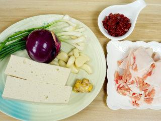 干锅千页豆腐, 告别一个人吃火锅的寂寞,一道可以拯救单身狗家常菜*婷姐新煮意,首先我们需要的材料有:带脂猪肉,这里我们选用肥肉,五花肉,腿肉都可以,记得是带脂猪肉就行了(也就是带有肥肉的猪肉)。洋葱,一定要哟,不仅可以使其味道更好,也是防止粘锅的好辅材。调味料就是豆瓣酱,婷姐选用的是自家酿制的豆瓣酱,超市购买的郫县红油豆瓣酱也可以。