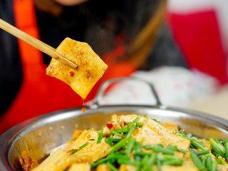干锅千页豆腐, 告别一个人吃火锅的寂寞,一道可以拯救单身狗家常菜*婷姐新煮意,因为受热,锅底放的肥肉油脂分离出来,洋葱的香味也会随之散发到千叶豆腐里面,我们翻开锅底看一下,洋葱已经完全熟透了,而且一点都没有粘锅哟,洋葱因为吸入了炒千叶豆腐的汁,也是非常美味的。冬天炖着这样一个小火锅吃饭,胃暖暖的,也不觉得孤单啦……