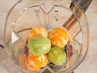 猕猴桃橙汁,将水果直接放入料理杯中。